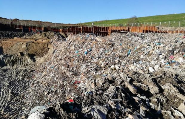WIOŚ ustalił, że na terenie budowy spalarni w Szadółkach nielegalnie wykopano blisko 364 tys. ton śmieci.