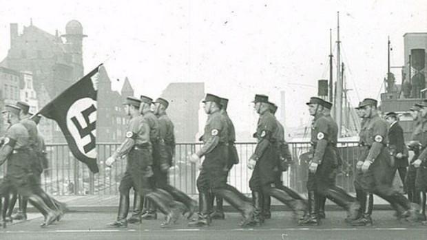 Hitlerowscy bojówkarze maszerują Zielonym Mostem w Gdańsku. Zdjęcie zostało wykonane w II poł. lat 30. XX w.