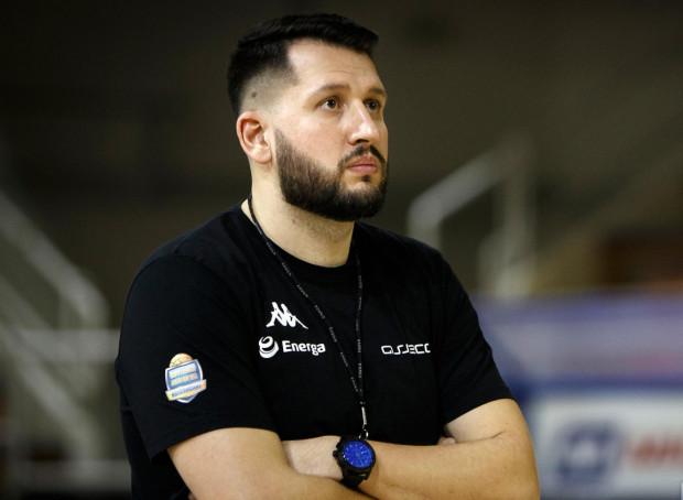 Milos Mitrović pracuje w gdyńskim klubie od 2016 roku. Do tej pory prowadził grupy młodzieżowe i II-ligowe rezerwy.