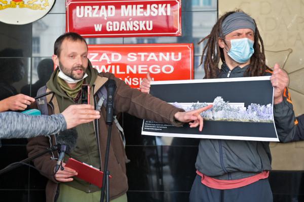 Michał Błaut (z prawej) i Roger Jackowski z Zielonej Fali wskazują, że nowa zabudowa w Brzeźnie będzie wyższa niż korony drzew.