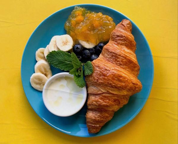 Idąc za krakowskim trendem, Aioli wprowadziło do śniadaniowego menu nowość - świeżo upieczony lagun serwowany jest tu z owocami i jogurtem.