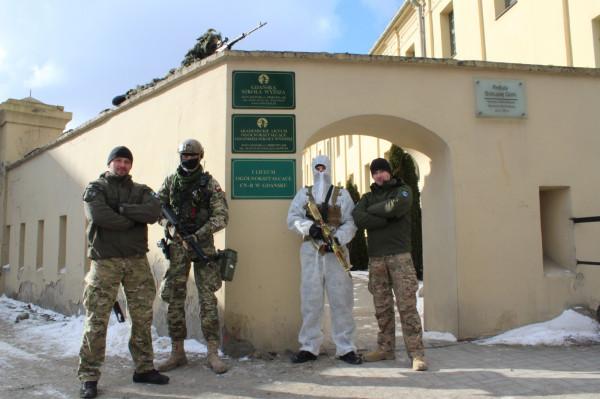 Studenci spotykają się z wykwalifikowanymi instruktorami, którzy mają bogate doświadczenie w służbach mundurowych.