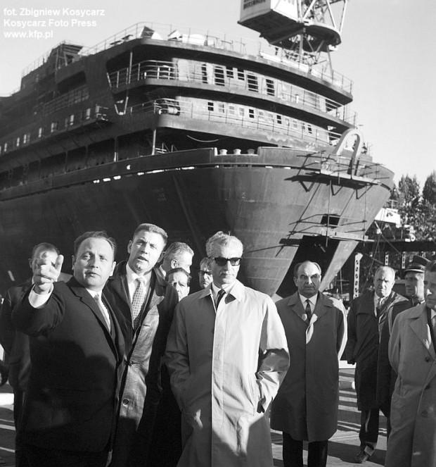 Szach Iranu Mohammad Reza Pahlawi zwiedza Stocznię Gdańską, 18 września 1966 roku.