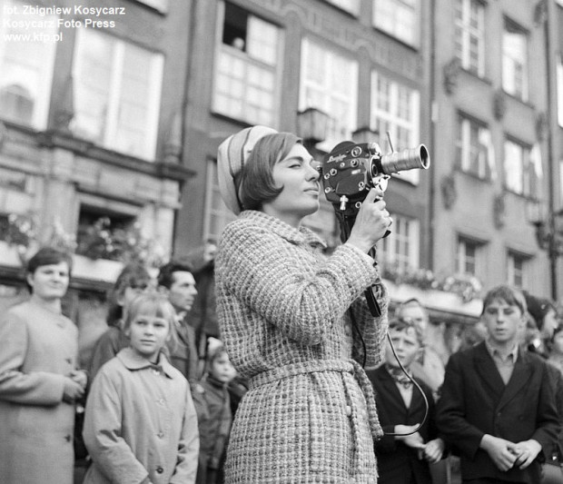 Farah Pahlawi, żona szacha Iranu, z kamerą filmową na Długim Targu w Gdańsku, 18 września 1966 roku.