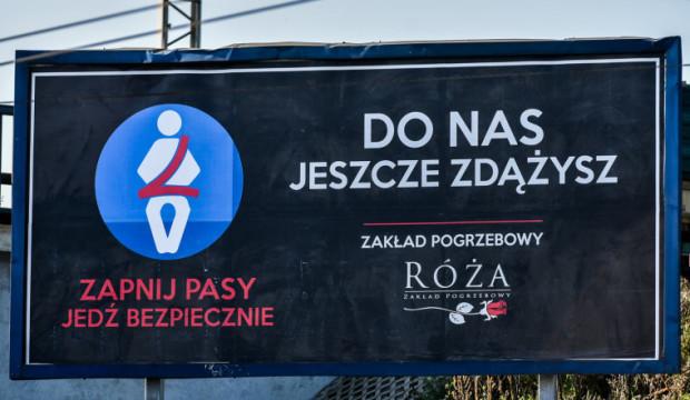 Nietypowa reklama zakładu pogrzebowego zachęcająca do ostrożności na drodze.
