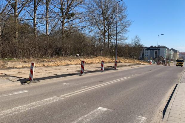 W głębi widoczna tymczasowa jezdnia z płyt betonowych przy ul. Piotrkowskiej.