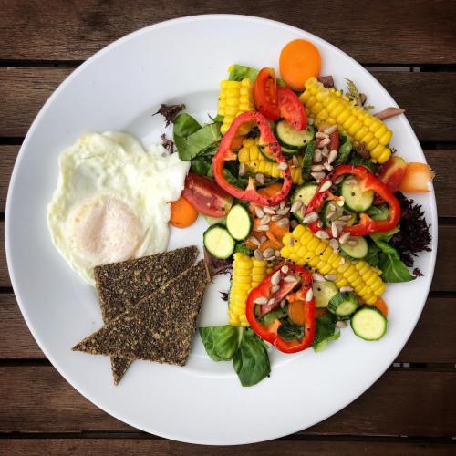 Sałata 100 proc. warzywa z Przytok, jajko bio z płynącym żółtkiem oraz enzymatyczny chlebek z Oficyny.
