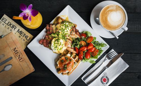Omlet Szefa Kuchni, wafle po benedyktyńsku i Kulinarne uniesienie to śniadaniowe propozycje restauracji Chleb i Wino.