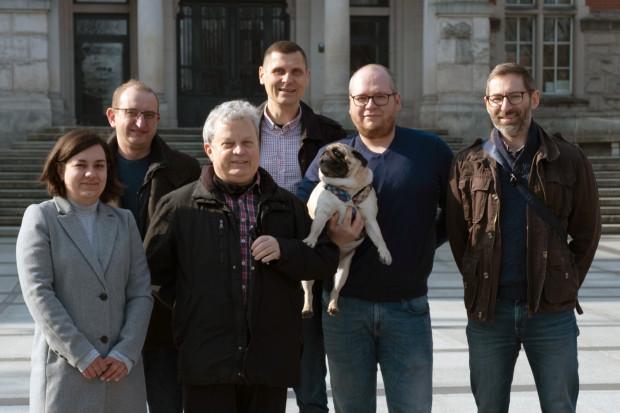 Zespół badawczy naukowców z gwiazdą badań - psem Albertem.