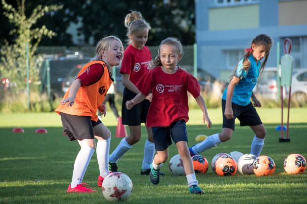 Treningi dla najmłodszych dziewczynek najczęściej opierają się na dobrej zabawie.