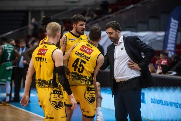 Sporej części koszykarzy wygasły umowy z Treflem Sopot i nie ze wszystkimi może udać się podpisać nowe. W pierwszej kolejności ma się wyjaśnić przyszłość trenera Marcina Stefańskiego (z prawej).