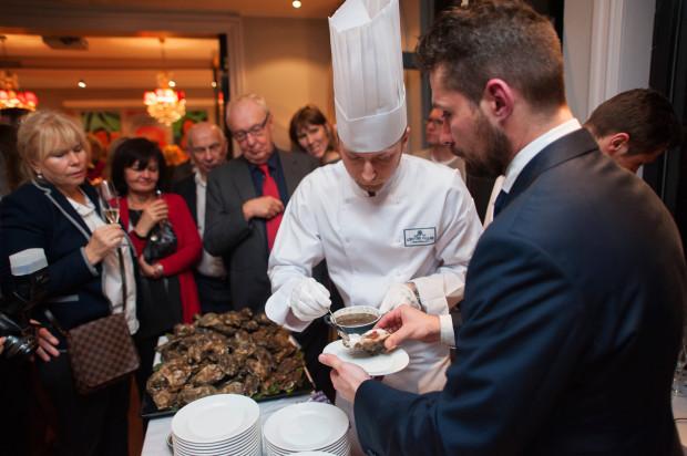 """Otwarcie Restauracji 737 L'entre Villes Sopot (2014 r.) - """"live cooking"""", podczas którego przygotowywano ostrygi z szampanem."""