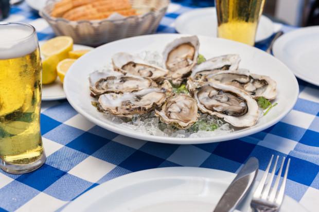 Choć owoce morza zwykło się serwować w asyście delikatnego białego wina, szampana czy wina musującego, z ostrygami znakomicie komponuje się też piwo. Pod warunkiem jednak, że zostanie odpowiednio dobrane.