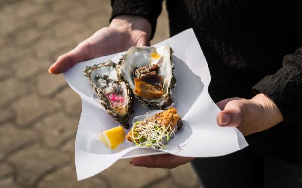 """Polacy wciąż podchodzą do ostryg z dużą rezerwą. Tymczasem w wielu zakątkach świata, szczególnie na południu i zachodzie Europy, to bardzo popularne danie """"uliczne""""."""