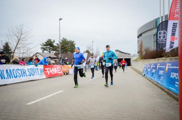 Na biegi ze wspólnym startem trzeba jeszcze poczekać. Organizatorzy organizują imprezy hybrydowe lub wirtualne.