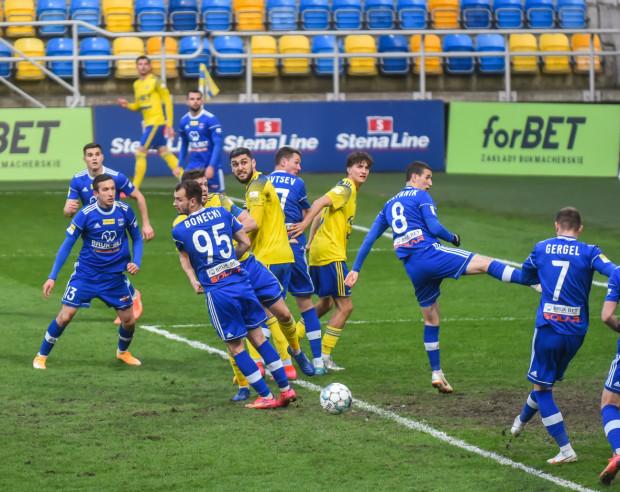 Arka Gdynia pierwszy raz w tym sezonie straciła zwycięstwo w doliczonym czasie gry. Natomiast Marcin Grzybek (nr 13) już po raz trzeci okazał się fartownym piłkarzem dla Bruk-Betu Termaliki Nieciecza.