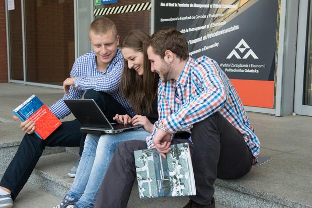 W trakcie studiów na WZiE możesz wyjechać nawet na rok na zagraniczną uczelnię, aby uczestniczyć w programie podwójnego dyplomowania.