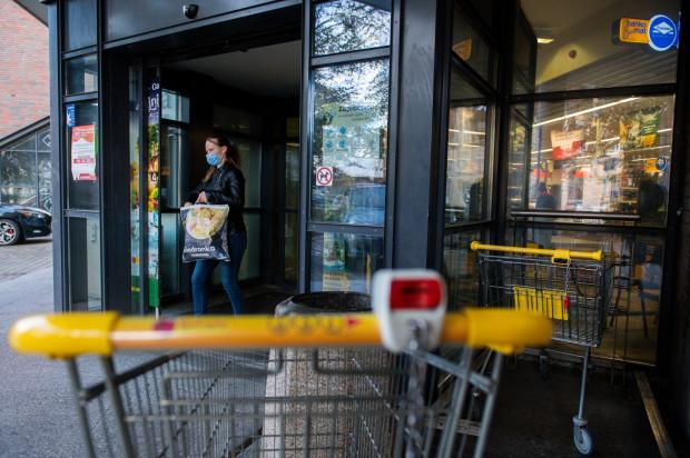 Zdecydowana większość klientów zakłada w sklepach maseczkę, zdarzają się jednak wyjątki (zdjęcie poglądowe).