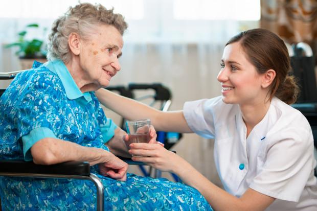 Nowa składka pielęgnacyjna ma m.in. dofinansować działania zakładów opiekuńczo-leczniczych. Czy tak będzie? Czy środki znów trafią po prostu do... budżetu?