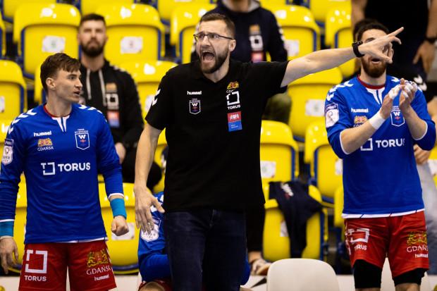 """Mariusz Jurkiewicz jest pewien umiejętności swojej drużyny. W ostatnim czasie zespół """"położył"""" jednak spotkania od strony mentalnej. Trener nie wyklucza, że do jego sztabu dołączy psycholog sportowy, ale zaznacza, że to nie jest rozwiązanie na """"tu i teraz""""."""