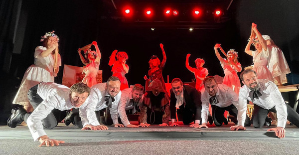 """Po naszą epopeję narodową sięgnął Tomasz Podsiadły, który z aktorami Bałtyckiego Teatru Różnorodności przygotował """"Pana Tadeusza"""". Spektakl jest już gotowy."""