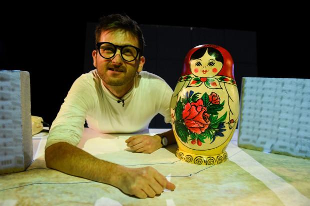 """W Teatrze Miniatura dużo dzieje się online, ale już wkrótce czekają nas premiery offline, z publicznością. Taką 4 czerwca ma mieć spektakl """"Beton"""" w reżyserii Michała Derlatki."""