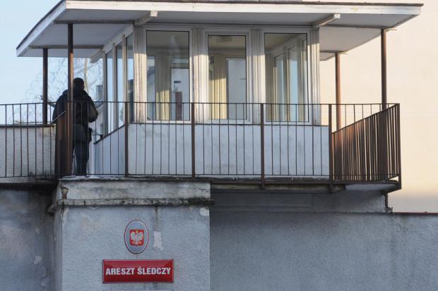 Do aresztu trafili zarówno dwaj mężczyźni, którzy zdemolowali drzwi, jak i 36-latek znajdujący się w mieszkaniu, do którego napastnicy chcieli się dostać.
