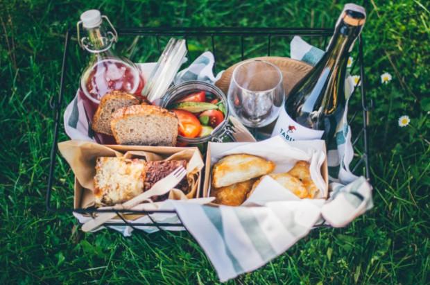 Wypełnione smakołykami kosze piknikowe, które można zabrać ze sobą na małą ucztę na świeżym powietrzu, i gotowe zestawy na grilla to propozycje trójmiejskich lokali, przygotowane z myślą o majówce.