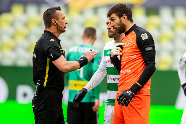 Dyskusje nic nie dał. Także Jarosław Przybyl podyktował rzut karny przeciwko Lechii Gdańsk. To była już siódma jedenastka w tym sezonie, a trzecia z rzędu, przed którą musieli bronić się biało-zieloni.