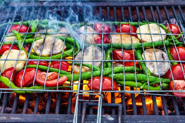 Majówkowy grill nie zawsze musi oznaczać spożywanie potraw z grilla, które obfitują w tłuszcz i cukry proste. Bez problemu możemy znaleźć dla nich zdrowsze alternatywy.