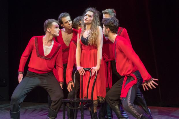 """Młodzi aktorzy przez 4 lata szkolili swój warsztat aktorski, wokalny, a także taneczny. Co mogliśmy zobaczyć podczas koncertu. (""""Be Italian"""" z musicalu """"Nine"""" Alekandry Ludwikowskiej)."""