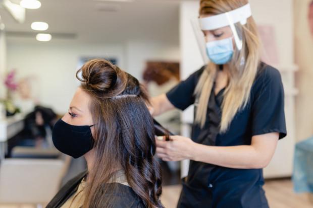 Dla kobiet z długimi włosami mamy dobrą wiadomość - w nowym sezonie na topie są fale, loki i swobodne, mocno wycieniowane fryzury.