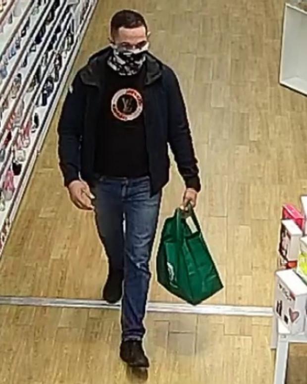 Mężczyzna poszukiwany w związku z kradzieżą kosmetyków wartych 2200 zł.