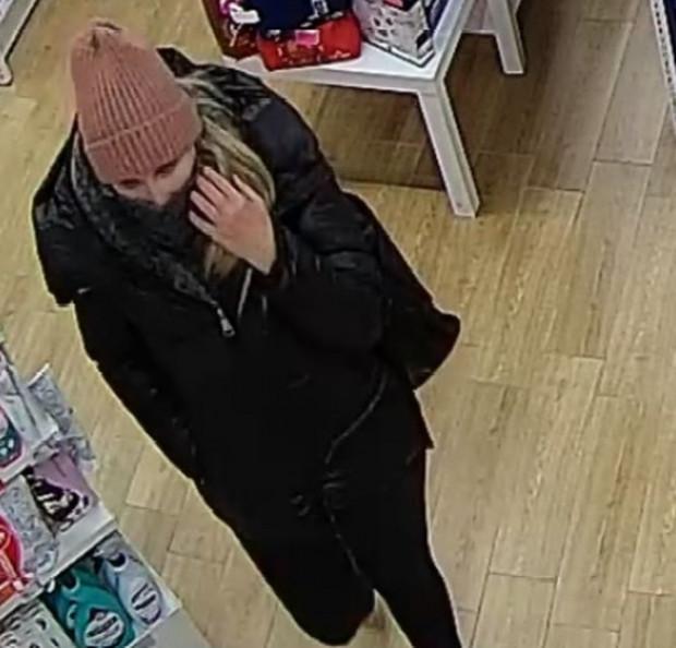 Kobieta poszukiwana w związku z kradzieżą perfum z drogerii.