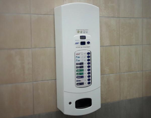 Automat z artykułami higienicznymi w damskiej toalecie w Alfa Centrum.