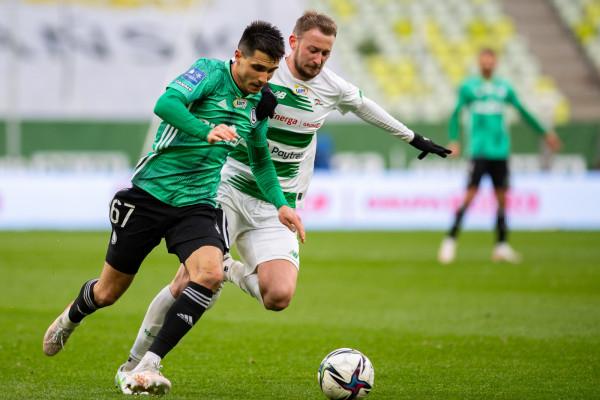 Lechia Gdańsk nie ma już szans na dogonienie nie tylko Legii Warszawa, ale i trzeciego Rakowa Częstochowa. Biało-zieloni wciąż są jednak w grze o czwarte miejsce w ekstraklasie.