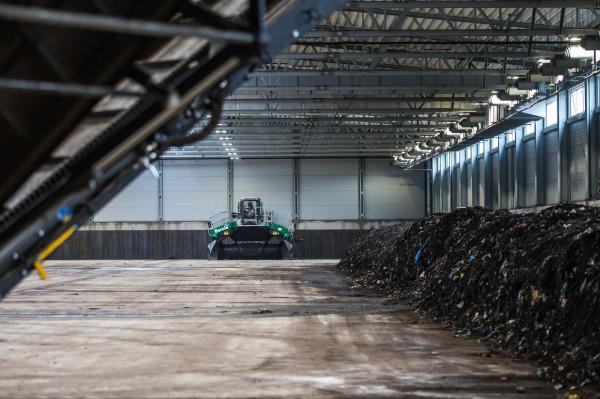 Wnętrze hermetycznej kompostowni w Szadółkach. To tu przerabia się śmieci bio.