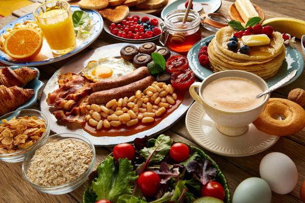 """Królewskie śniadanie? To zależy, jaką """"szkołę"""" dietetyki obierzemy."""