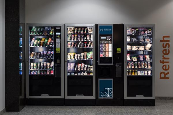 """Automaty vendingowe stały się odpowiedzią na brak czasu i nieustający pośpiech. Gdy nie jesteśmy w stanie wyjść z biura czy uczelni do sklepu po napój czy przekąskę, wystarczy sięgnąć po jedzenie i picie z """"szafy""""."""
