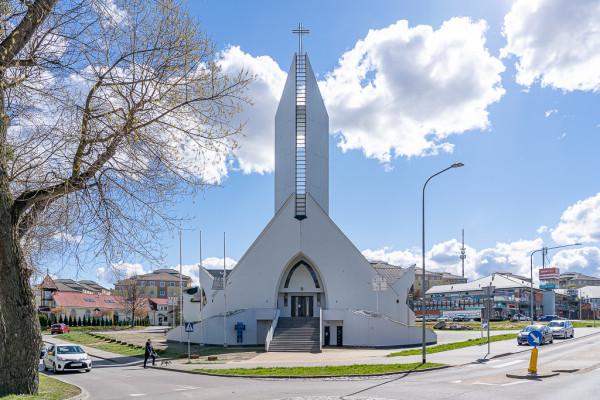 Przed kościołem postuluje się urządzenie reprezentacyjnego placu.