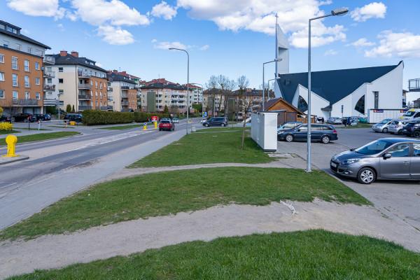 Przestrzeń między ulicą Nieborowską a obiektami handlowymi, która zgodnie z opracowaniem GPL wymaga poprawy jakości zagospodarowania.