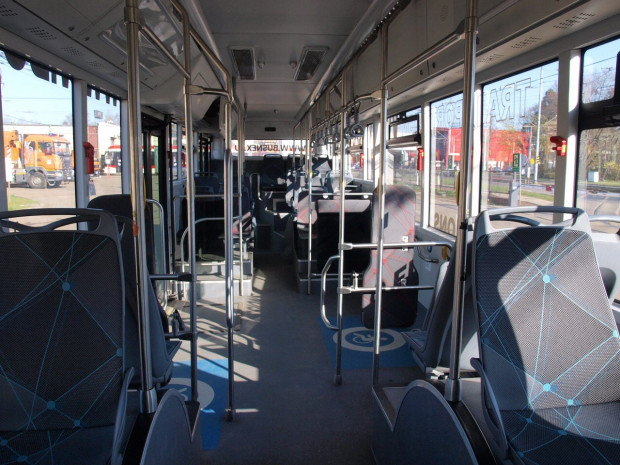 Autobus ma troje drzwi i ponad 20 miejsc siedzących. Jest też dostosowany do potrzeb osób niepełnosprawnych i rodziców z wózkami dla dzieci.