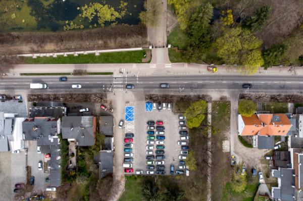 Plac Inwalidów Wojennych w Oliwie to obecnie parking. Nowy plan ma go zmienić w miejsce spotkań z ciekawymi usługami dla mieszkańców.