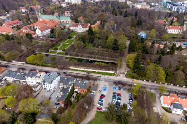 Plac znajduje się naprzeciwko parku Oliwskiego.