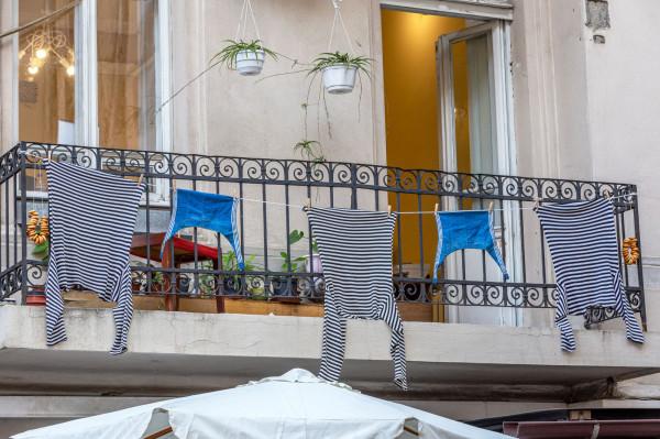 Szczególnie dużo kontrowersji wzbudza wieszanie prania poza balustradami balkonów. W wielu spółdzielniach w Trójmieście jest to zabronione.