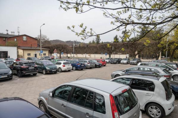 Parking w tym miejscu codziennie jest pełen samochodów.