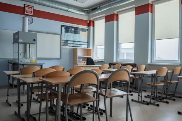 Według wstępnego planu rządu starsze klasy będą musiały przejść przez dwa tygodnie nauki hybrydowej - od 15 do 29 maja.