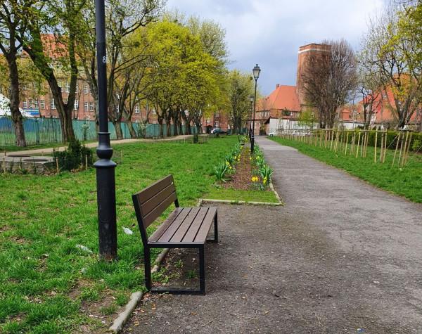 """Przy zadbanym i popularnym wśród mieszkańców Wrzeszcza Dolnego przejściu łączącym al. Legionów z ul. Chrobrego stoją ławki, ale nie będzie koszy na śmieci. Miasto nie ma """"zasobów ludzkich"""" do ich sprzątania."""