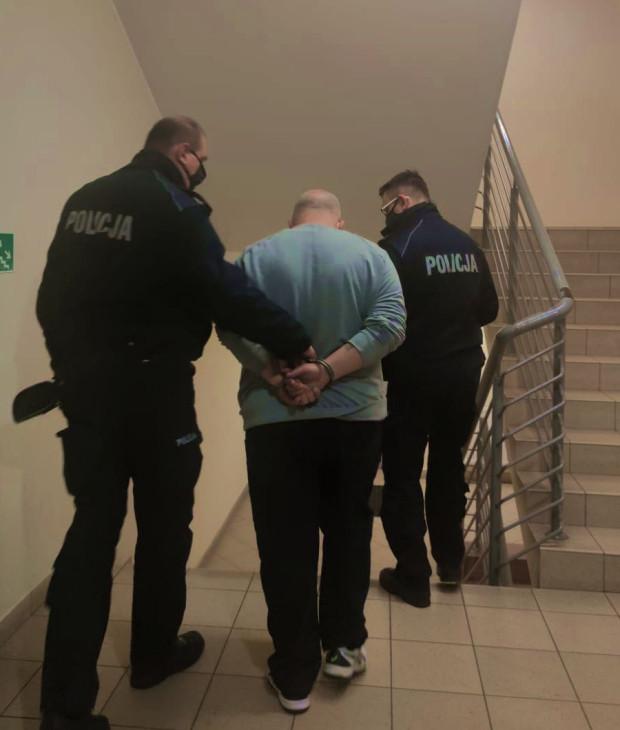 Wielokrotny oszust, poszukiwany w całym kraju, został zatrzymany, bo robił zakupy w tym samym sklepie, co szukający go policjant.