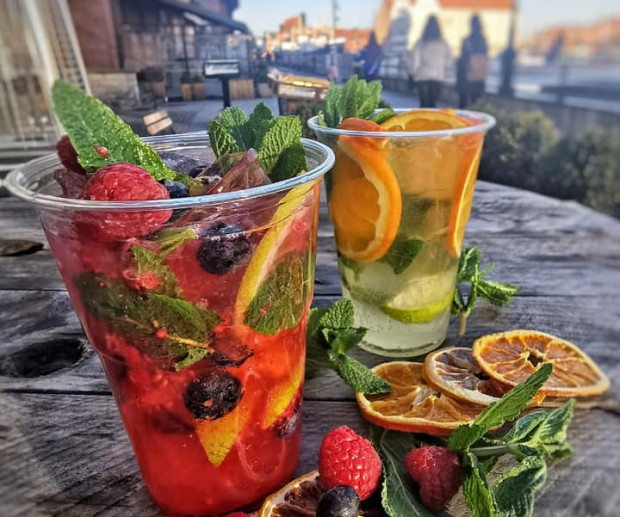 Domowe lemoniady to popularna propozycja trójmiejskich restauracji, idealna na wiosenne spacery. Na zdjęciu domowa lemoniada od Ostro.